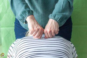 Tuina-Massage am Rücken - chinesische Massageform und eine der fünf Hauptsäulen der traditionellen chinesischen Medizin (TCM) - Nicole Fietz - Heilpraktikerin in Köln am Neumarkt